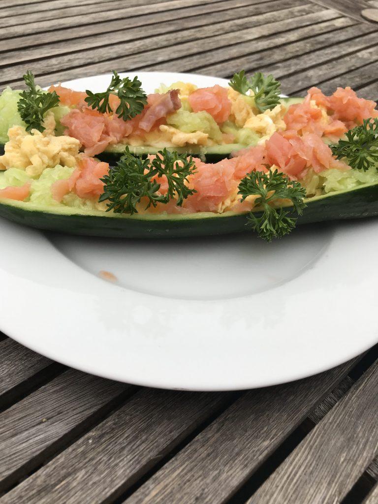 Komkommerbootjes met ei, zalm en peterselie